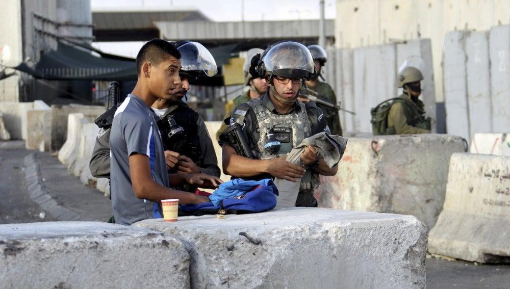 Varios soldados israelíes vigilan el puesto de control fronterizo de Qalandia