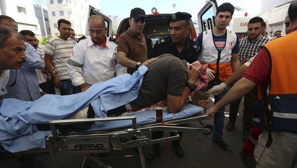 Varios palestinos trasladan a un herido al hospital Rafedya tras los enfrentamientos