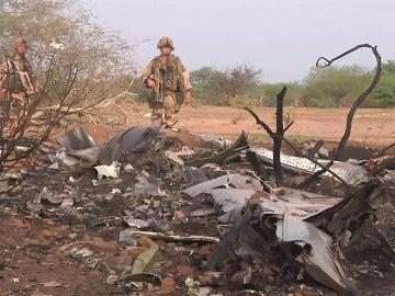 Soldados inspeccionan la zona donde fueron encontrados los restos del avión desaparecido