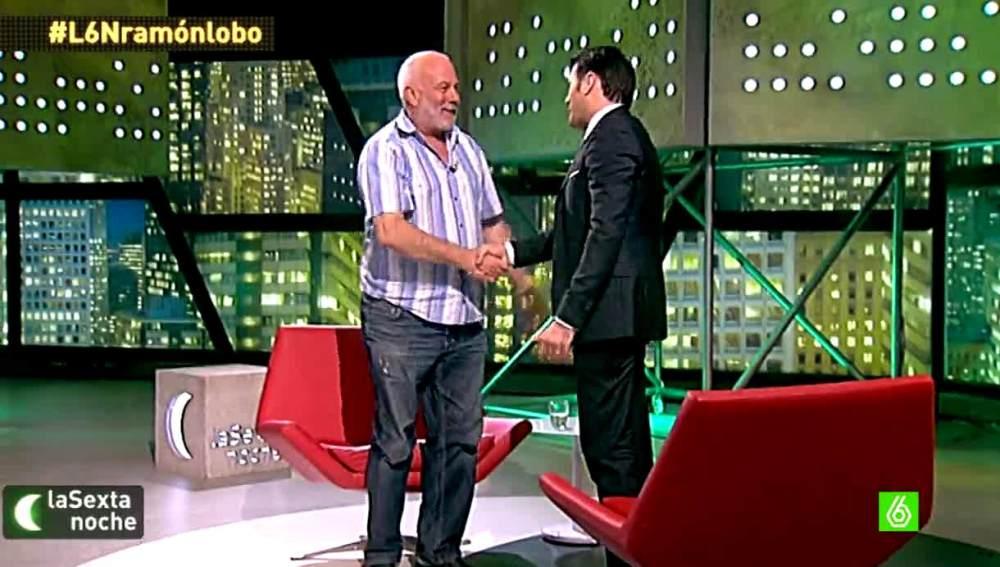 Ramón Lobo de pie en el plató de laSexta Noche