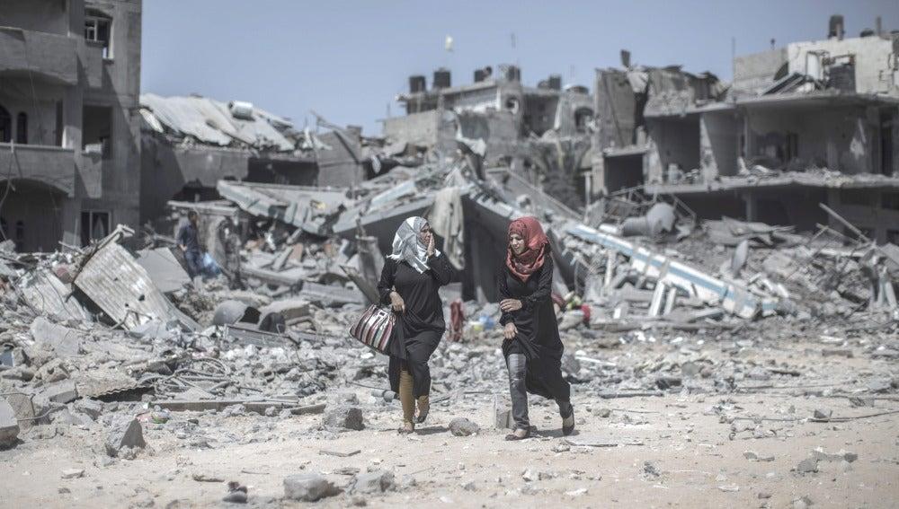 Dos mujeres palestinas caminan por una calle de Beit Hanoun, al norte de la Franja de Gaza