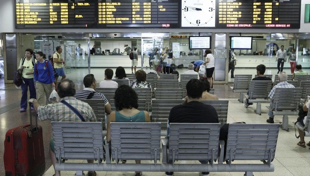Varios pasajeros esperan en Chamartín