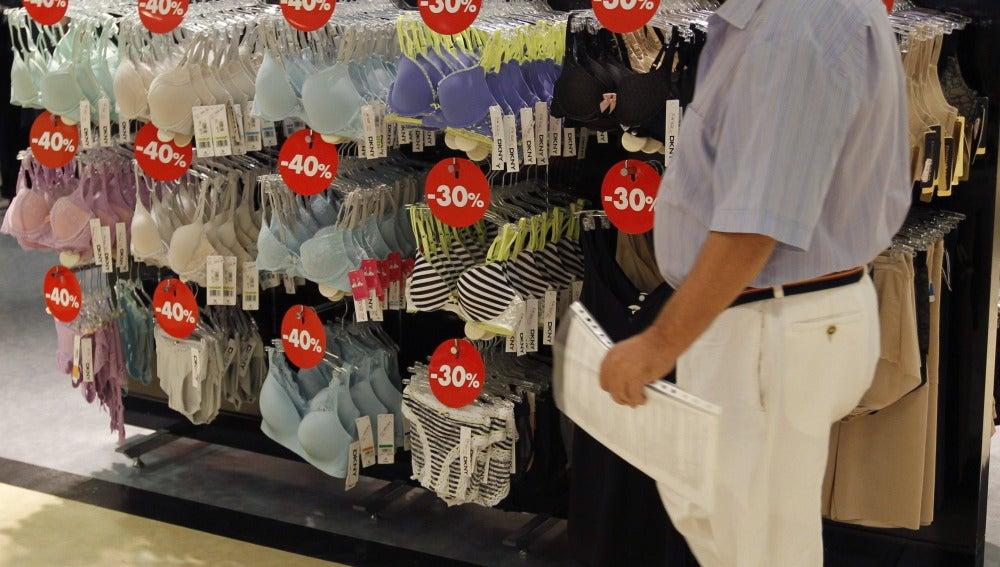 Un hombre en una tienda de ropa