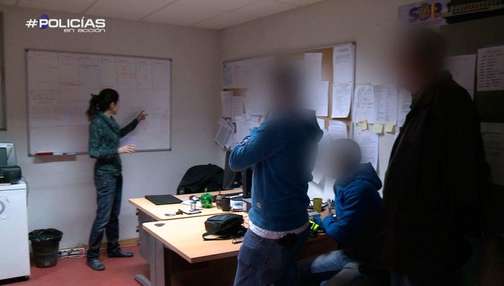 Agentes de policía preparan una inspección en el polígono de Urtinsa