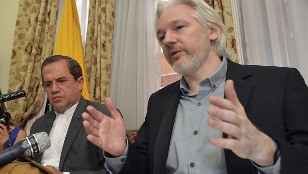 El fundador de Wikileaks, Julian Assange, y el ministro ecuatoriano de Exteriores, Ricardo Patiño