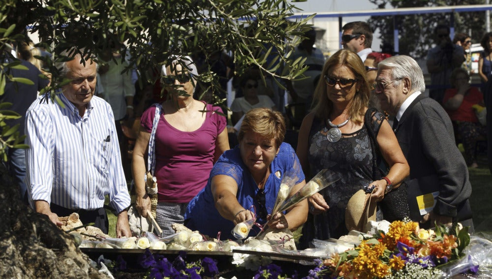 Ofrendas florales en el homenaje del accidente de Spanair