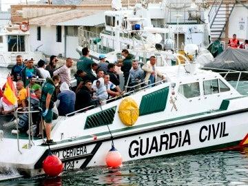 Una embarcación de la Guardia Civil con varios inmigrantes a bordo