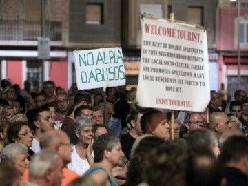 Vecinos de la Barceloneta se manifiestan contra los pisos turísticos