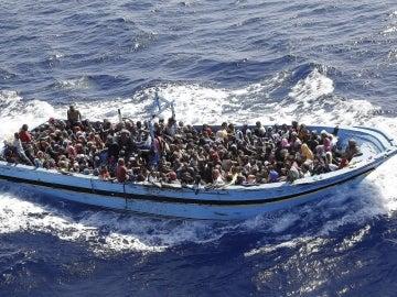 Emigrantes rescatados cerca de la costa de Italia