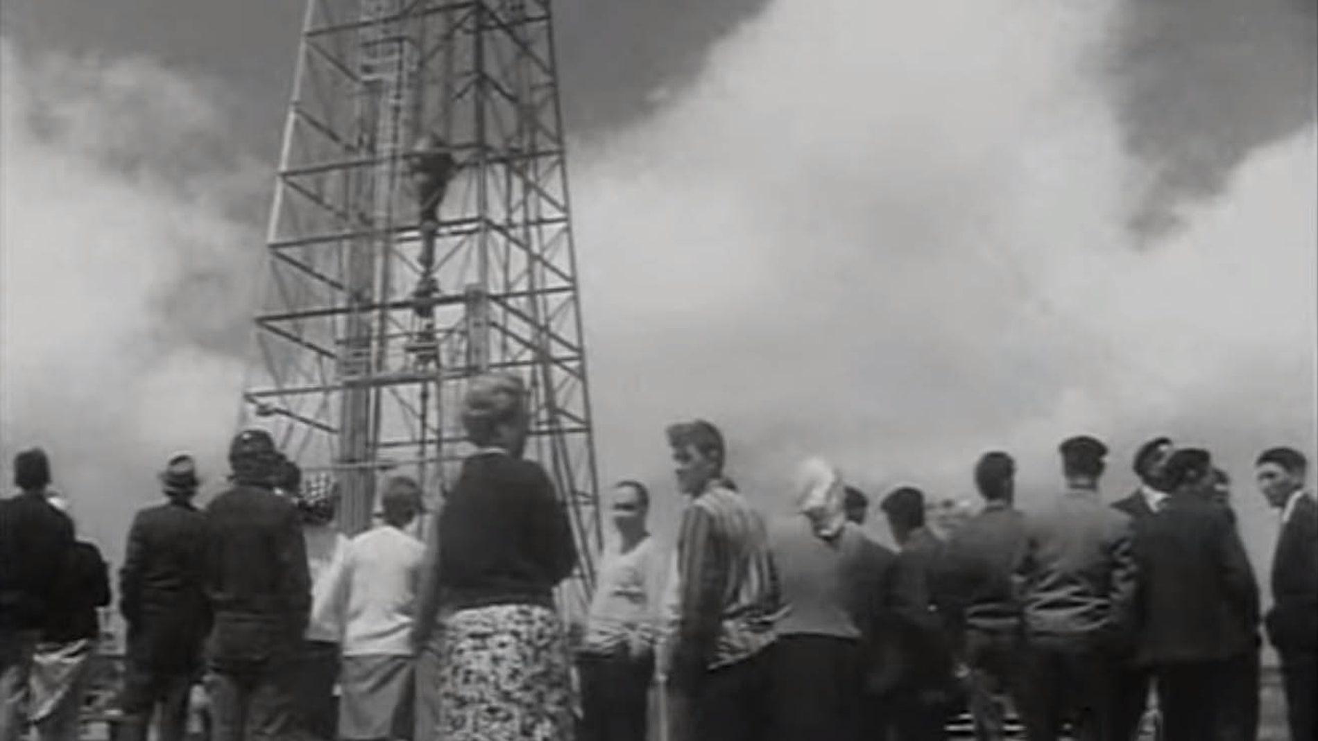 Vecinos de Ayoluengo celebrando la inauguración