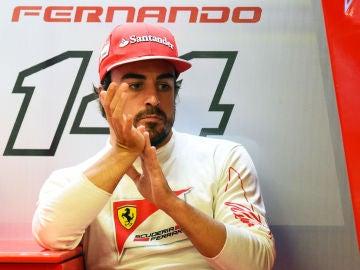 Alonso, en el box de Ferrari