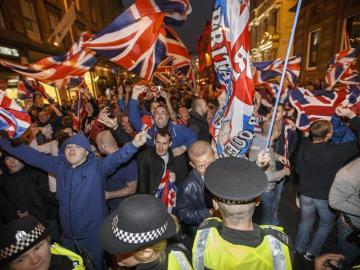La policía separa a manifestantes independentistas y unionistas en Glasgow