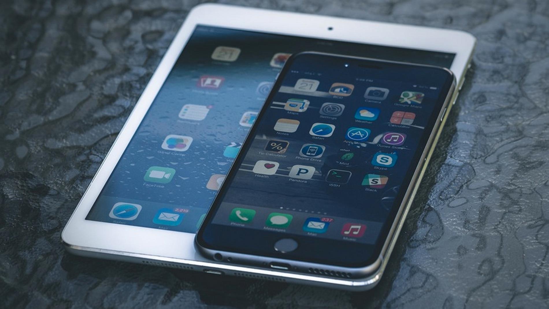 Un iPad Mini junto a un iPhone 6 Plus