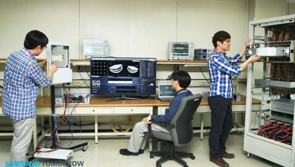 Imagen de archivo de ingenieros probando la tecnología 5G
