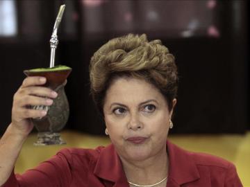 Dilma Rousseff posa para los fotógrafos bebiendo mate después de votar