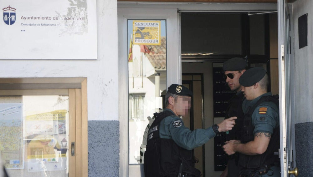 La Guardia Civil vigila la entrada principal del Ayuntamiento de Valdemoro