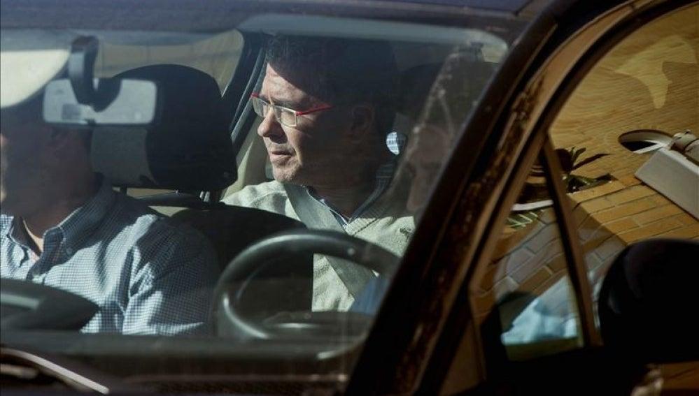 Francisco Granados sale en un coche de la Guardia Civil de su domicilio