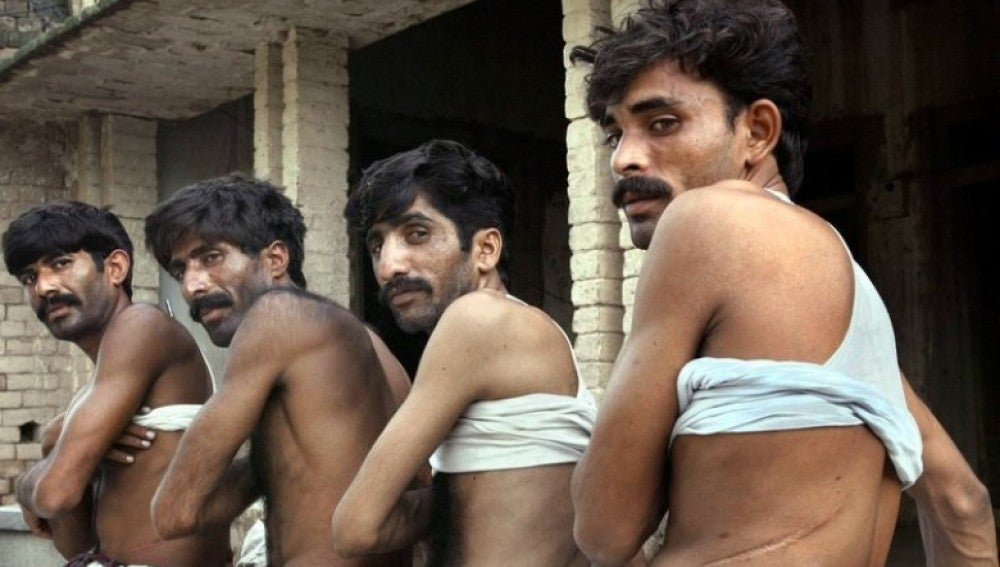 Cuatro jornaleros pakistaníes secuestrados y obligados a donar muestran cicatrices