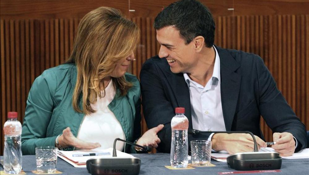 Pedro Sánchez conversa con Susana Díaz durante la reunión del Consejo Político Federal del partido