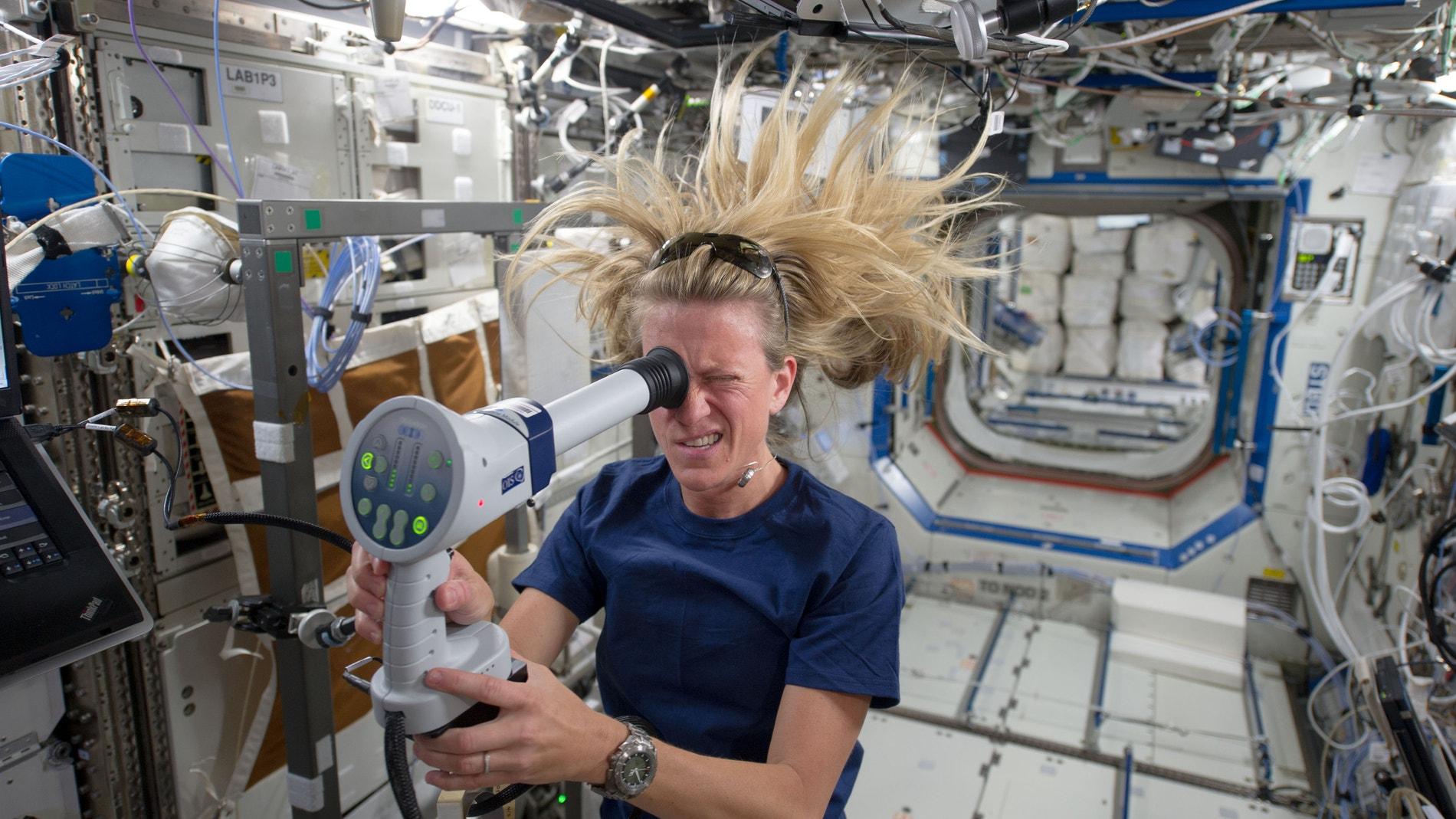 Mujer en el espacio