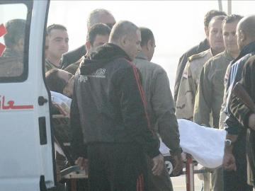Mubarak llegando al Tribunal Penal de El Cairo para escuchar la sentencia por la muerte de manifestantes