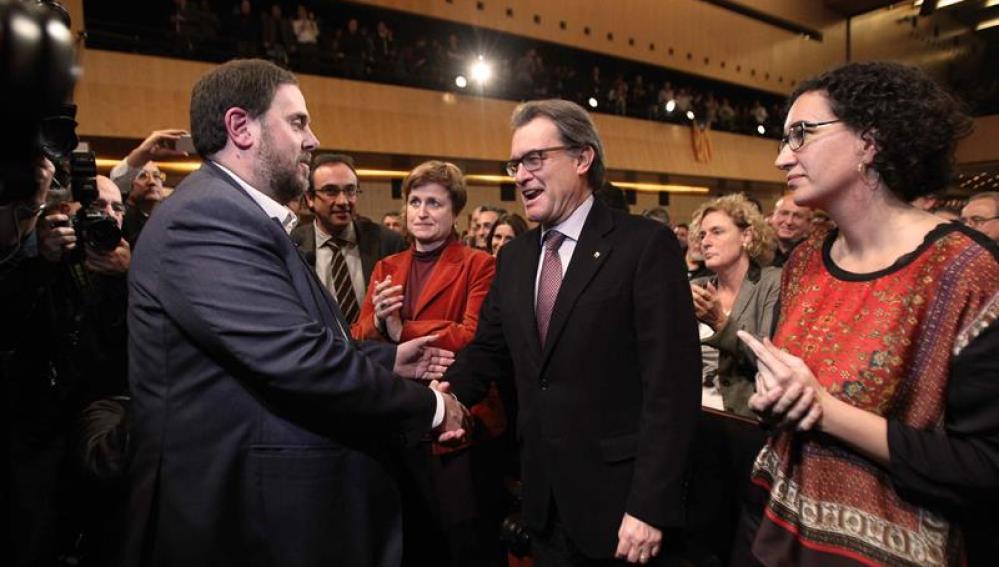 Oriol Junqueras y Artur Mas se dan la mano