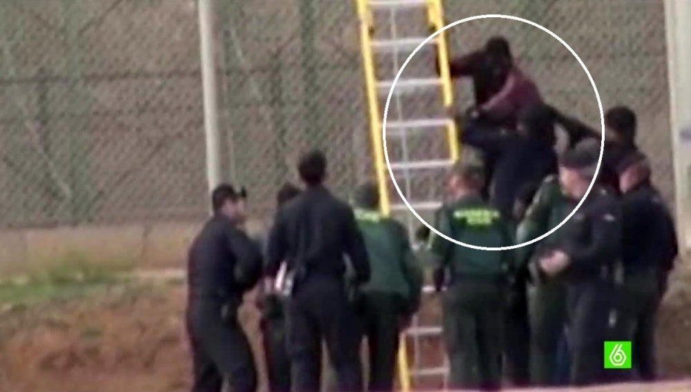 Un menor salta la valla de Melilla
