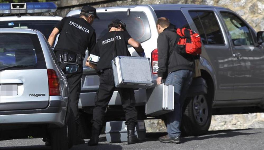 Miembros de la ertzaintza científica tras investigar un suceso en Bilbao