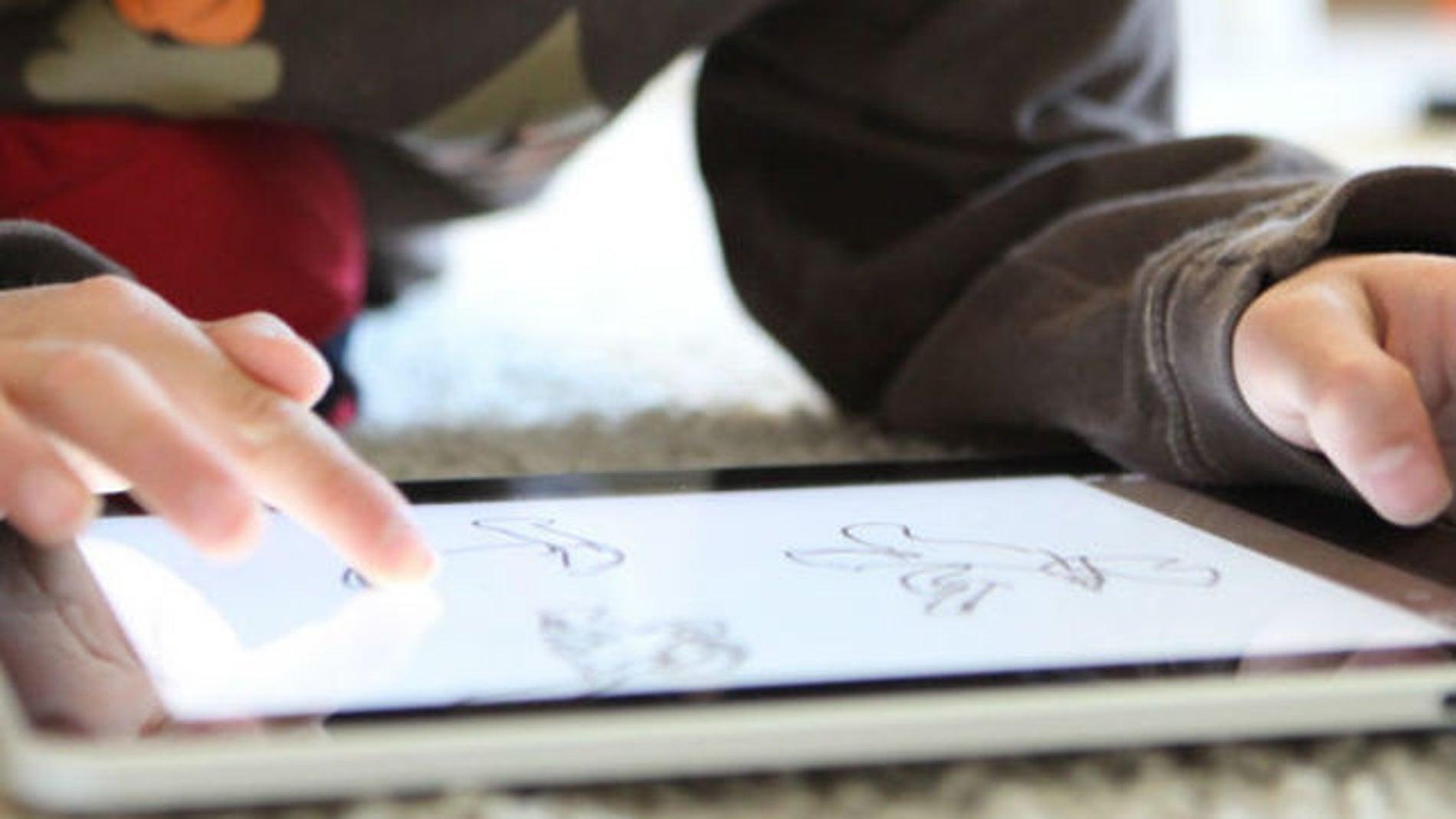 Niño dibujando en un iPad