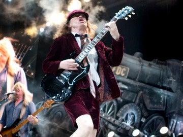 El guitarrista escocés del grupo de rock AC/DC,