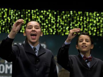 Los niños de San Ildefonso Ismael Rastrelli Mekerbech y Janna Flores Villavicencio , han cantado el premio Gordo que ha recaído en el número 13.437