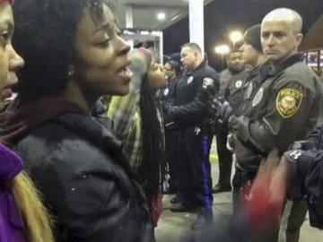 Varias personas increpan a la Policía en Berkeley, Misuri