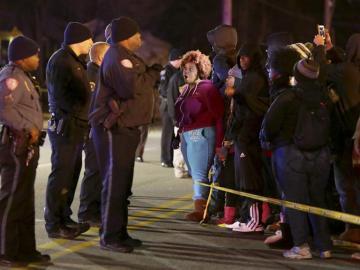 Varios policías observan una manifestación en Berkeley