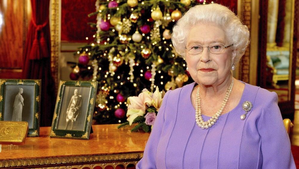 La reina Isabel II de Inglaterra posa con un árbol de Navidad en su discurso tradicional