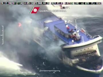 Imagen del ferry italiano 'Norman Atlantic' incendiado en el mar