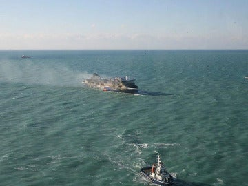 Intentan remolcar el ferry incendiado
