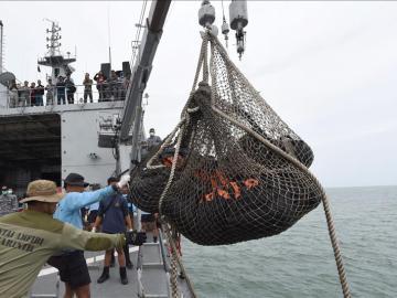 Recuperados 30 cadáveres y dos piezas del avión de AirAsia siniestrado en el mar de Java