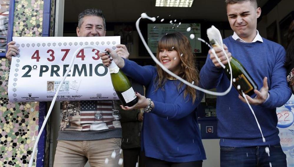 La administración de loterías número 77 de Valencia ha repartido 750.000 euros del segundo premio de la Lotería del Niño