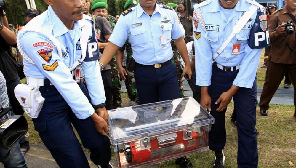 Soldados portan la caja negra del avión de AirAsia QZ8501