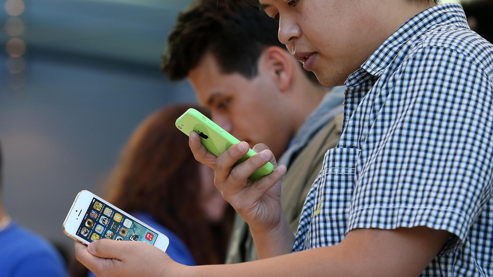 Jóvenes probando un iPhone