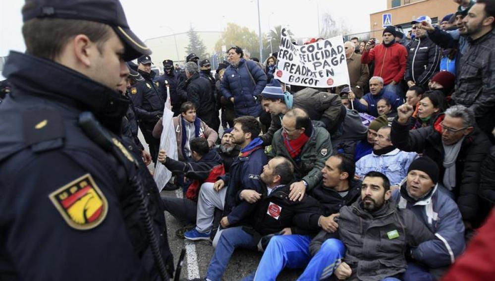Trabajadores de la planta de Coca-Cola en Fuenlabrada protestan en la entrada de la fábrica