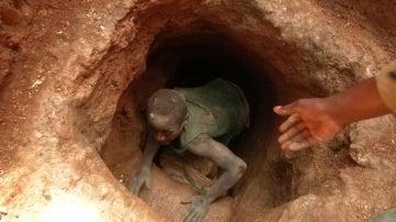 Un minero en una explotación del Congo