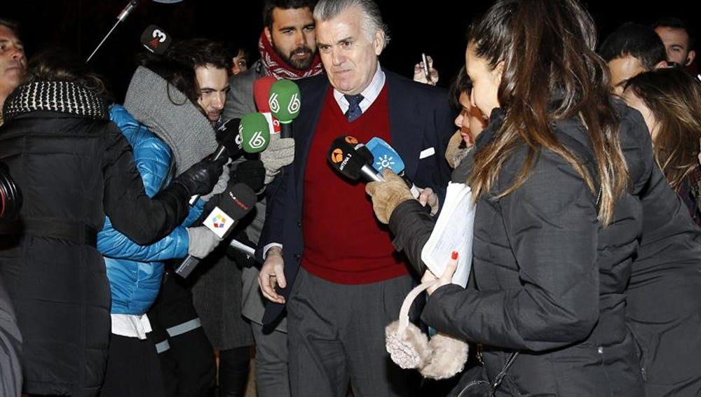 Luis Bárcenas ante los medios de comunicación