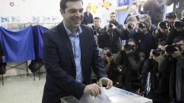El líder de la izquierdista Syriza, Alexis Tsipras, ejerce su derecho al voto