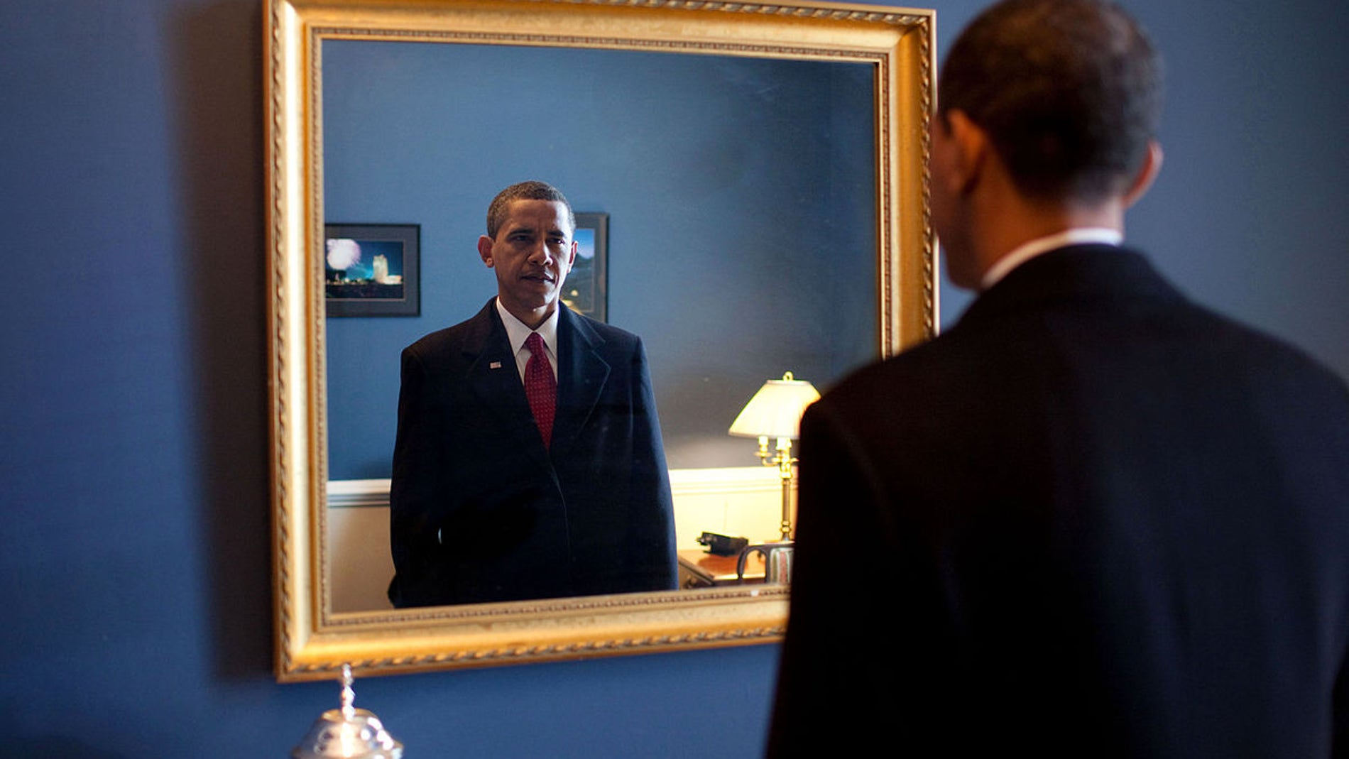 Barack Obama se mira frente al espejo