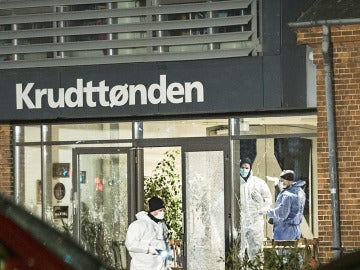 Expertos forenses investigan la escena del tiroteo en Copenhague