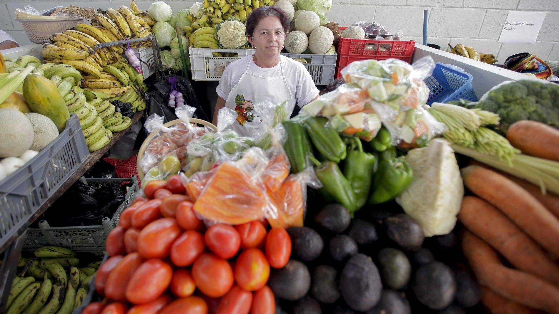 Una mujer compra frutas y verduras el 6