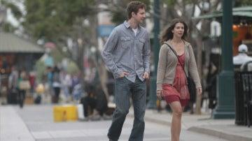 Un hombre y una mujer pasean por la calle