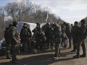 Militares ucranianos permanecen de pie en un punto de control próximo a Debáltsevo, en el área de Donetsk, Ucrania