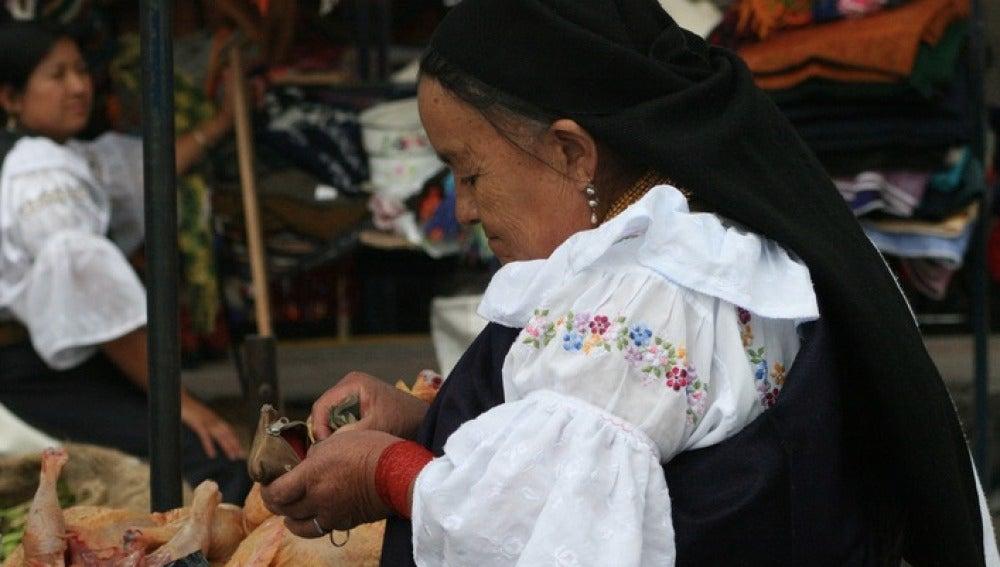 Una mujer en un mercado ecuatoriano
